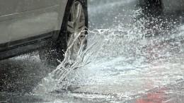 ВНевском районе Петербурга затопило улицу— видео