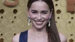 Звезда «Игры Престолов» Эмилия Кларк пришла на«Эмми» вплатье свырезом допупка