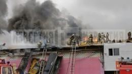 Двухэтажный магазин горит наплощади 800 квадратных метров вНижневартовске
