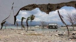 Неменее 30 человек погибли при землетрясении вИндонезии