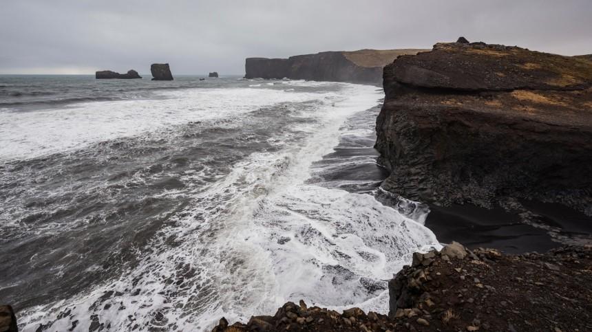 Туриста накрыло волной напляже вИсландии