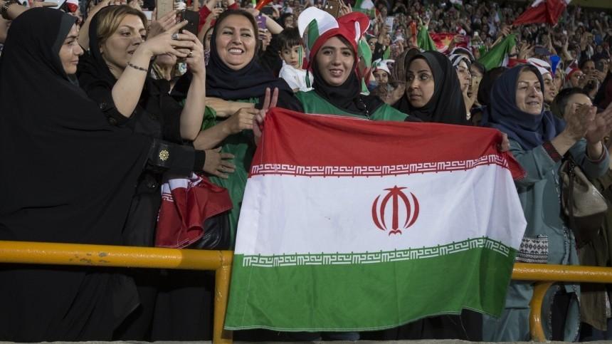 Женщины Ирана впервые за40 лет смогли прийти нафутбольный матч