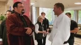 Емельяненко подарил Стивену Сигалу билет насвой бой сКокляевым