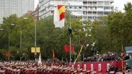 Видео: неудачливый парашютист повис настолбе входе военного парада вИспании