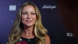 Спустя две недели после родов актриса Мария Миронова отдыхает смужем наяхте— видео