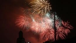 Салют к75-летию освобождения Риги озарил яркими огнями небо над Москвой
