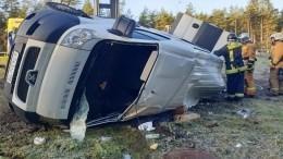 Под Петербургом микроавтобус влетел встолб наскользкой дороге— один человек погиб