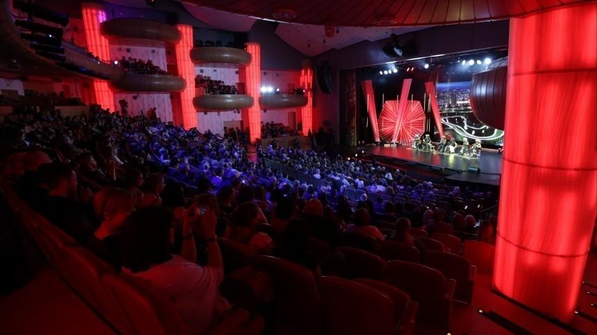 Артистка театра «Русская песня» упала вобморок прямо вовремя спектакля