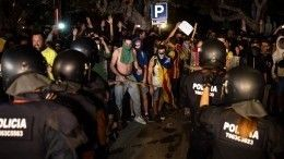Барселона вогне! Протестующие поджигают петарды имусорные баки— видео