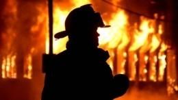 Видео: Пожар скоммерческого здания вПятигорске перекинулся нажилой дом