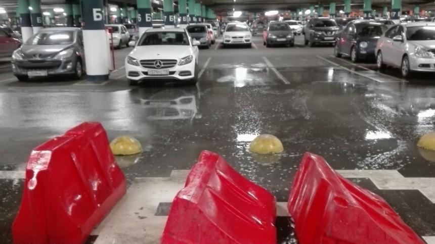 Вода полилась спотолка напарковке ТЦ«Мега Дыбенко» вПетербурге