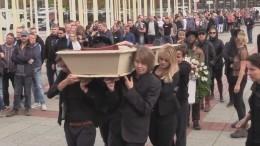 Видео: полуголые активистки Femen устроили показательные «похороны» вБерлине