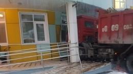 Опубликовано видео тарана грузовиком детского сада вХанты-Мансийске
