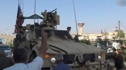 «Лжецы!»— сирийские курды кидаются вотступающих американских солдат овощами