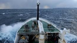 Терпящий бедствие траулер вБаренцевом море взят набуксир
