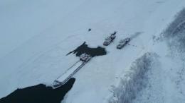 Застрявшие вольдах суда вЯкутии должны были снять смели баржу снефтью