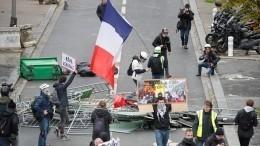 Видео: «желтые жилеты» устроили новые беспорядки изаволокли дымом Париж