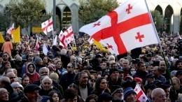 Символизм по-грузински: ворота парламента вТбилиси увешали замками ицепями