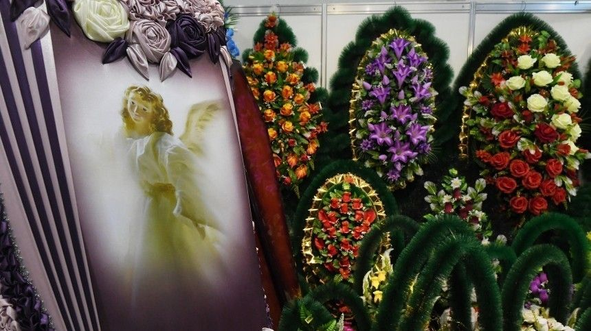 Мать убитой пятилетней девочки напохоронах заставляли встать наколени перед гробом