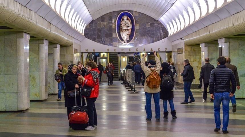 Скульптура кормящей Мадонны настанции метро вМоскве лишилась груди— фото