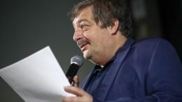 Сасный, чилить икекать: Дмитрий Быков признался, что незнаком сподростковым сленгом