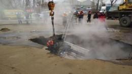 Видео сместа падения машины слюдьми вяму скипятком, два человека погибли