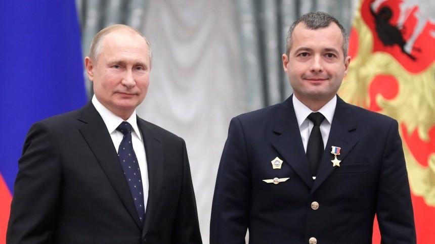 Путин вручил звезды Героев России посадившим А321 вкукурузном поле пилотам