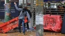 ВКолумбии протестующие забросали полицию камнями икоктейлями Молотова