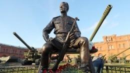 ВПетербурге открыли памятник изобретателю АК-47 Михаилу Калашникову