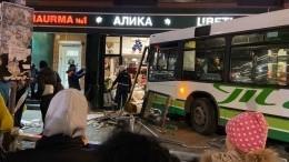 Жуткие кадры: автобус протаранил рынок вКалининграде