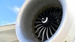 Перепуганные пассажиры сняли навидео горящий двигатель самолета