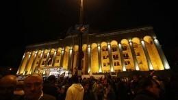 Участники массовой акции протеста вТбилиси заблокировали здание правительства