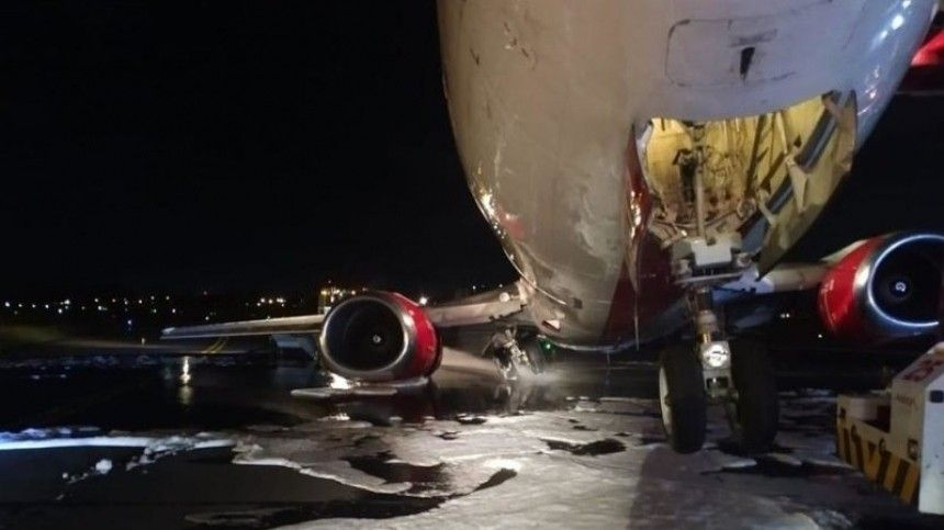 Видео: искрящийся самолет экстренно приземляется вКолумбии