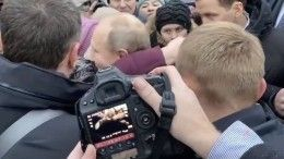 Путин вПетербурге обнял иуспокоил заплакавшую пенсионерку