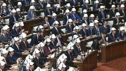 Японских парламентариев заставили надеть защитные шлемы