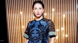 Алика Смехова валом платье сглубоким декольте очаровала поклонников