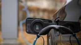 Житель Петербурга заряжает свой электромобиль вквартире пятиэтажки