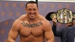 Кокляев объяснил фанатам, как выиграть боксерские перчатки сего автографом