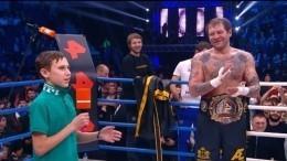 Видео: иркутский мальчик-герой вручил чемпионский пояс Емельяненко