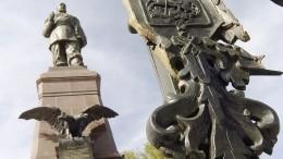 Житель Иркутска наMercedes врезался впамятник Александру III— видео