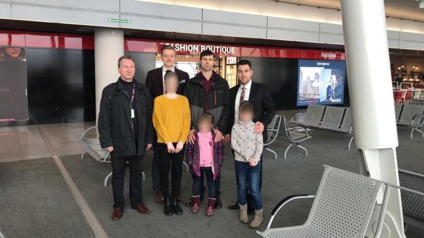 Россиянин Лисов прилетел вместе ссемьей изВаршавы вМоскву