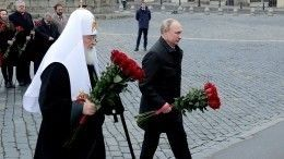 Владимир Путин возложил цветы кпамятнику Минина иПожарского
