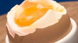 Лайфхак: Эффектный способ быстро очистить вареное яйцо