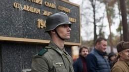 Украинцы вформе Вермахта заступили вкараул убратской могилы красноармейцев под Киевом
