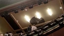 Видео: ВЛондоне вовремя спектакля втеатре обвалился потолок