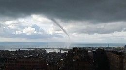 «Ариведерчи»: очевидцы сняли навидео огромный водяной смерч вГенуе