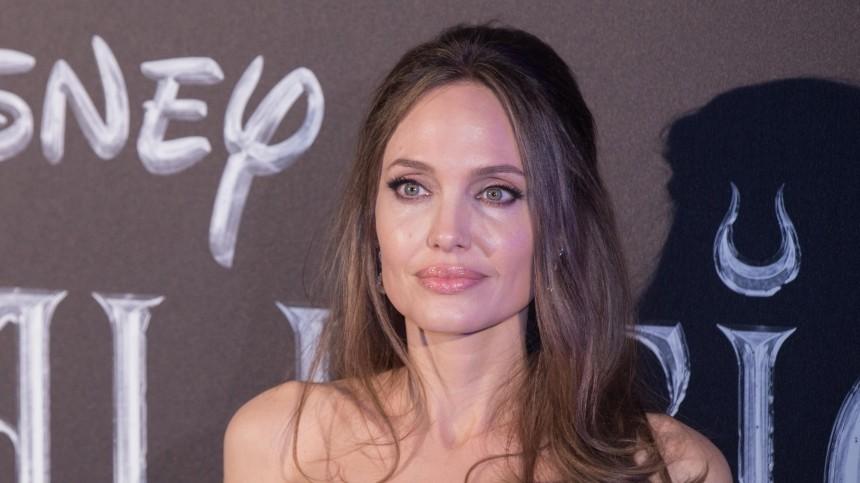 «Это кто?» Анджелину Джоли неузнали напервых фото сосъемок фильма Marvel