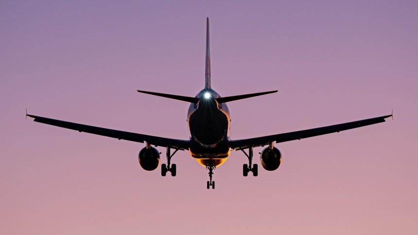 Самолет, прилетевший изМинска вМоскву, после посадки задел стоящий лайнер
