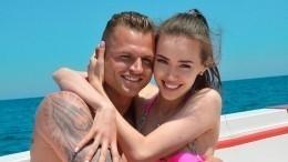 Дмитрий Тарасов запретил беременной жене загорать напляже