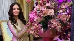 «Ангел вкрасном»: Оксана Федорова вэлегантном костюме произвела фурор вСургуте